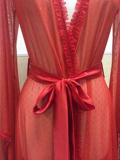 Купить или заказать Пеньюар Червовая Дама в интернет-магазине на Ярмарке Мастеров. Пеньюар нашего фирменного покроя выполнен в красном цвете! Бельевой трикотаж с мушками выглядит классически и весьма сексуально. Отделка декоративной тесьмой. Пояс из шелка. Модель шикарно садится на разные фигуры, особенно привлекательно выглядят рукава и верхняя часть. Отлично удлиняет фигуру. Многие наши заказчицы носят его с каблуками. Некоторые используют как пляжную тунику/халат.