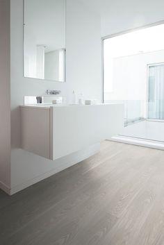 Vloors | Light Elm XL | Ein heller Vinyl-Boden in Holzoptik für einen modernen Look in Ihrem Badezimmer. Mit diesem weißen Klick-Vinylboden können anspruchsvolle Farbkombinationen erzielt werden. Es ist ratsam, mindestens eine warme Farbe zu verwenden. Suchen Sie einen neuen Boden für Ihr Badezimmer und gefällt Ihnen dieser Boden? Fordern Sie kostenlos ein Muster bei www.vloors.de an oder besuchen Sie einen unserer Ausstellungsräume, um den Boden im großen Format anzusehen. Interior, Home, Luxury Vinyl Flooring, New Homes, Bathroom Interior, Flooring, Interior Design, Scandinavian Interior, Interior Inspo