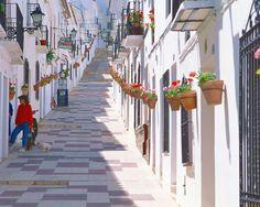 【H.I.S.】【ミハス村 * アンダルシア地方】南スペインのアンダルシアにある有名な観光地「コスタ・デル・ソル(太陽海岸)」は全長約350キロにも及ぶ海岸があり、こちらには白い村が点在していて、この中で最も有名な町がミハスです。真っ白で美しい街並みはスペインに来たことを実感させてくれます♪