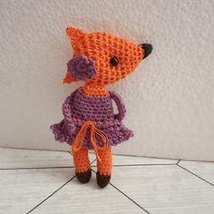 Háčkovaná brož slečna Liška Crochet Dolls, Crochet Necklace, Crochet Doilies