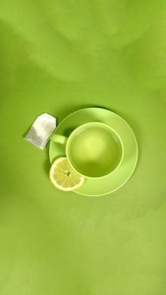 How refreshing is this? Green tea with lemon #colorespantone2017 #pantone2017 #colorespantone