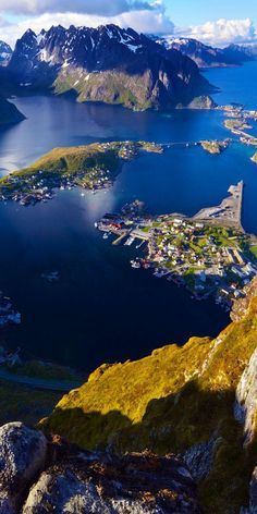 Vista panorámica de la islas Lofoten desde la parte superior de la montaña Reinebringen con pintoresco pueblo de Reine y fiordos Scenic view of Lofoten islands from top of mountain Reinebringen with picturesque town of Reine and surrounding fjords