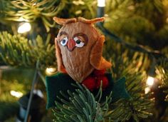 Recycling walnut shells! Cute owl idea for #Christmas #decor