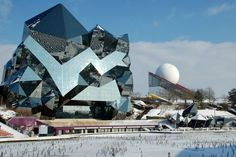 Le Kinémax et le Pavillon du Futuroscope en hiver.