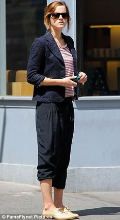 Emma Watson Photos - Emma Watson seen out and about in the West Village, New York City. - Emma Watson Goes Shopping in NYC Style Emma Watson, Emma Watson Estilo, Street Style 2014, Street Chic, Hermione, New York Shopping, Prabal Gurung, Cropped Trousers, Wardrobes