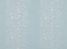 Ein Streifen mit gestickten Motiven von Mohnblumenstengeln, Lilien und…