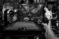 ao lado de uma mesa de sinuca Rafaela exibe o seu lindo vestido de noiva e seu buque preto