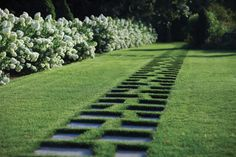 Irregular pairs of pavers entice the eye to the end of the garden (Janice Parker Landscape Architects).