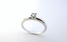 Para la dueña de tus sueños, hermoso anillo de compromiso en oro blanco de 18k  fabricado a mano.  R670 #duranjoyerosbogota #joyasbogota #hermosasjoyas #renovamostujoyero #hechoamano #fabricaciondejoyas #oro #anillos #aretes #argollas #dijes #compracolombiano #colombia #gold #handmade #amor #jewelry #anillosdecompromiso #novias #matrimonio #esposos #boda #novio #wedding #husbands #felicidad #love
