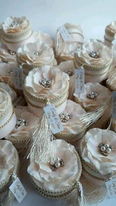 Art Deco Wedding Favors, Wedding Favours Luxury, Cookie Wedding Favors, Handmade Wedding Favours, Wedding Gifts For Guests, Handmade Rakhi Designs, Modest Wedding Dresses With Sleeves, Decorated Gift Bags, Diy Crafts For Gifts