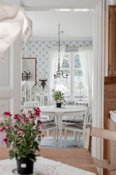 The home of shabby chic decor Scandinavian Cottage, Swedish Decor, Rustikalen Shabby Chic, Shabby Chic Bedrooms, French Country House, French Country Decorating, Villa, Beautiful Wall, Cool Rooms