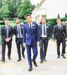Costume mariage bleu : le marié porte un bleu différent de ses garçons d'honneur