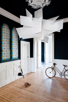Coin entrée noir et blanc dans appartement haussmannien à Bordeaux par l'architecte d'intérieur Daphné Serrado