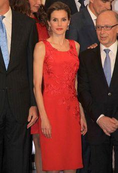 Doña Letizia, que marcó de rojo la velada, se mostró muy cariñosa con Miguel Pérez Jiménez, de 101 años de edad, que fue premiado anoche con una mención de honor por toda su trayectoria