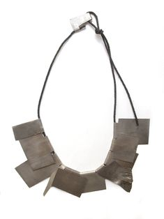 This is a necklace by Klara-Brynge, I like her architectural feeling in jewelry.... and this primitive finishing of her work.