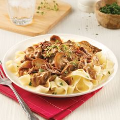Rôti de palette de boeuf style Stroganoff à la mijoteuse - 5 ingredients 15 minutes Confort Food, Lunches And Dinners, Japchae, Slow Cooker Recipes, Crockpot, Spaghetti, Good Food, Food And Drink, Dumplings