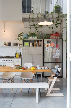 such a cozy kitchen! love the plants <3