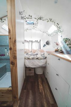 25 Brilliant Picture of Great Alluring Camper Van Remodel Ideas. The Sprinter van is best concerning price and engine, and the interior is invented in an outstanding approach to build upon. The Sprinter van also wil. Bus Living, Tiny House Living, Modern Tiny House, School Bus Tiny House, School Bus Camper, Camper Van Conversion Diy, Van Conversion Bathroom, School Bus Conversion, Motorhome Conversions