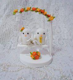 Lindo porta aliança casal de passarinhos em balanço, trabalho artesanal com passarinhos de crochê e base em mdf.... o balanço é todo decorado com pérolas. As flores puxem ser de cetim ou crochê, as cores ficam a critério do cliente.