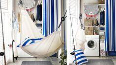 IKEA Österreich, Inspiration, Garten, Terrasse, Balkon, Outdoor, Sommer, Sonne, weiße ALGOT Wandschienen mit Böden, Wäschehalter + Drahtkörben, PJÄS Körben aus Bananenstaudenfaser, transparenten SAMLA Boxen in verschiedenen Größen, Vorhang aus breit gestreifter, blauer SOFIA Meterware, RENLIG FWM6 Waschmaschine weiß + DYNING Hängematte schwarz/beige