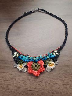 Fiber Art Jewelry, Jewelry Art, Jewelry Necklaces, Diy Necklace Bracelet, Crochet Necklace, Neck Accessories, Flower Art, Art Flowers, Necklace Designs