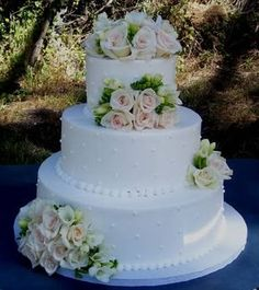 Such beauty in a cake. Small Wedding Cakes, Amazing Wedding Cakes, White Wedding Cakes, Wedding Cake Designs, Gorgeous Cakes, Pretty Cakes, Traditional Wedding Cakes, Fake Cake, White Cakes