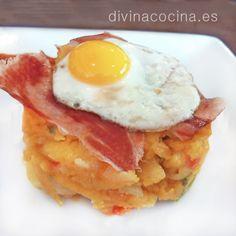 Podemos sustituir las lonchas de jamón por unos taquitos de chorizo salteado en la sartén. En ese caso coloca el chorizo encima de las patatas con huevo.