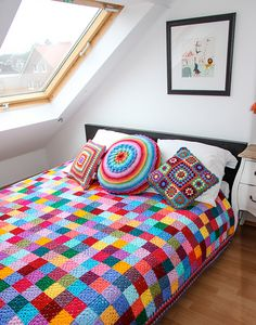 According to Matt…: Granny Square Blanket….The Sequel! Wow makes the stark white room feel exciting and inviting.A great pattern for the crochet beginner as each suare is only one colour, lovely blanket, bright and trendy!Caracol handmade: The g Beau Crochet, Crochet Home, Love Crochet, Beautiful Crochet, Crochet Crafts, Knit Crochet, Simple Crochet, Crochet Baby, Rainbow Crochet