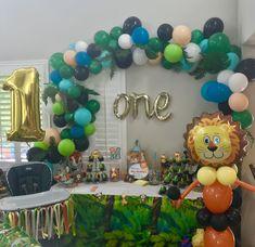 Abstract-Organic Balloon Garland with Lion Link Balloon! Lion Birthday Party, Safari Theme Birthday, Boys 1st Birthday Party Ideas, Safari Party, 1st Boy Birthday, Jungle Safari, Simple Birthday Decorations, Jungle Party Decorations, Birthday Balloons