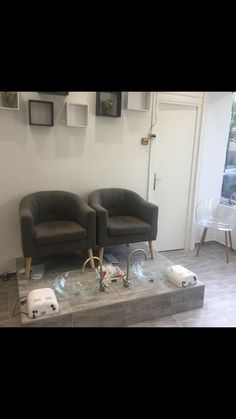 Pedicure chair ideas diy 67 ideas for 2019 Home Beauty Salon, Home Nail Salon, Nail Salon Design, Nail Salon Decor, Hair Salon Interior, Beauty Salon Decor, Salon Interior Design, Manicure E Pedicure, Pedicure Chair