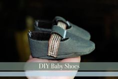 The cutest DIY baby shoes. Would make a great new baby gift!