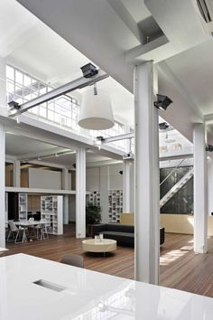XL+ Office Space | Great City & Architecture. Cool, calme, clean and white