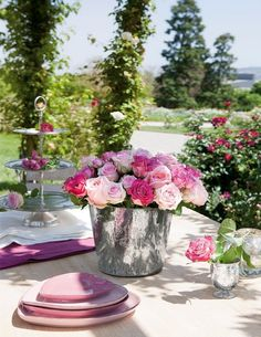 beautiful tea party arrangement but what i really love are the pink heart-shaped plates Rosa Rose, I Believe In Pink, Colorful Roses, Bright Flowers, Pink Flowers, Wedding Decorations, Table Decorations, Deco Table, Happy Weekend