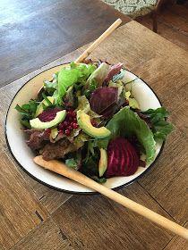 The Recipe Suitcase: Savoury Wednesday: Gemischter Salat mit Johannisbeeren, roter Bete, Avocado und Ziegenkäse