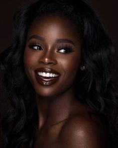 black women's makeup g Beautiful Dark Skinned Women, Beautiful Black Girl, Beautiful Lips, Dark Skin Makeup, Dark Skin Beauty, Black Girl Makeup, Girls Makeup, Foto Portrait, Black Girl Aesthetic