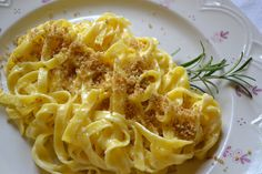 Pasta con Pangrattato - Pangrattato kommt wie unschwer zu erraten aus dem italienischen und heißt Semmelbrösel (Paniermehl). Ein wenig erinnert diese traditionelle Art Nudeln zu essen auch an unsere steirischen Bröselnudeln nur eben nicht süß.
