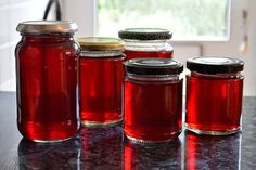 How to make red currant jelly with fresh berries. This is a great recipe for beginners and it can be used in both sweet and savoury dishes