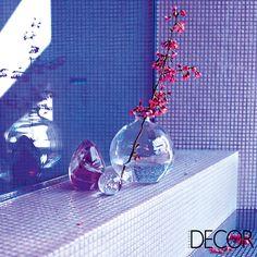 Vidrinhos e flores compõem o décor do banho