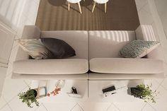 O segundo rei da sua sala de estar moderna é o sofá. Na hora de escolhê-lo é essencial considerar o espaço que você tem disponível, as atividades que você pratica nesse ambiente e como o sofá ficará disposto na sala.