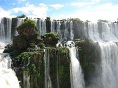 Cataratas del Iguazú, Argentina y Brasil  Las cataratas del Iguazú, es una de las caídas de agua más hermosa de la naturaleza, un paisaje que deslumbra en la frontera entre Brasil y Argentina.
