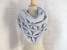 Dreieckstuch mit Origmai Elementen aus Baumwolle / triangular scarf with origami look & feel made by StAnderswo via DaWanda.com