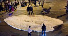 extraña espuma en China Misterio de espuma a través de grietas en las calles chinas