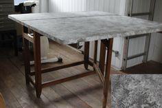 """Slagbord: Jeg har været i mine gemmer og fundet min malesvamp fra 1990´erne og har givet et gammelt slagbordt fra 1800 tallet French Linen på bordpladen x 2 og duppet/marmoreret det med svampen i en vandfortyndet maling med Original. Det blev da lidt anderledes end bare at male med rene farver, og personligt synes jeg faktisk at det er flot, selv om min mand er mere skeptisk i forhold til trenden. Bordet har så fået en gang mat lak. Bordbenene er uændret - bare """"aged look""""."""