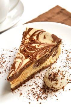 Los pasteles de queso, o cheesecakes, son un postre delicioso. Este cheesecake es una mezcla de cheesecake de vainilla y cheesecake de chocolate. El efecto marmoleado se le da con una espátula al darle movimientos circulares a las dos mezclas.