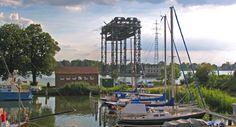 Der Hafen in Karnin mit der Hubbrücke im Hintergrund