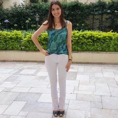 @lookbyus calça branca blusa oncinha verde espadrille white pants animal print green