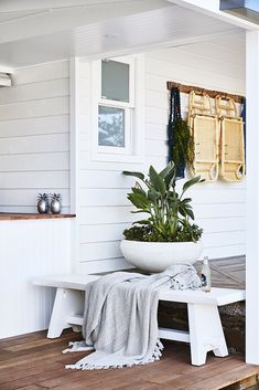 Renovated Coastal Farmhouse in Gerringong ~ Stace King 🌟Tante S!fr@ loves this📌🌟Renovated Coastal Farmhouse in Gerringong ~ Stace King Always wanted to learn how to knit, but . Coastal Farmhouse, Coastal Homes, Farmhouse Decor, Coastal Living, Coastal Decor, Outdoor Spaces, Outdoor Living, Weatherboard House, Fresco