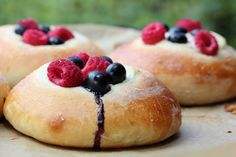 Bun with berries Cake Recipes, Dessert Recipes, Desserts, Frisk, Hot Dog Buns, Doughnut, Eat Cake, Sweet Tooth, Berries