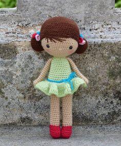Bravons la météo ! Ce n'est pas quelques degrés en moins et quelques gouttes en plus qui vont me faire renoncer aux petites tenues d'été, no... Crochet Patterns Amigurumi, Crochet Dolls, Crochet Patron, Projects To Try, Creations, Bunny, Miniatures, Teddy Bear, Crafty