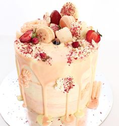 Find images and videos about cake, dessert and bolo de festa on We Heart It - the app to get lost in what you love. Gorgeous Cakes, Pretty Cakes, Cute Cakes, Amazing Cakes, Drippy Cakes, Rodjendanske Torte, Rose Cake, Occasion Cakes, Fancy Cakes